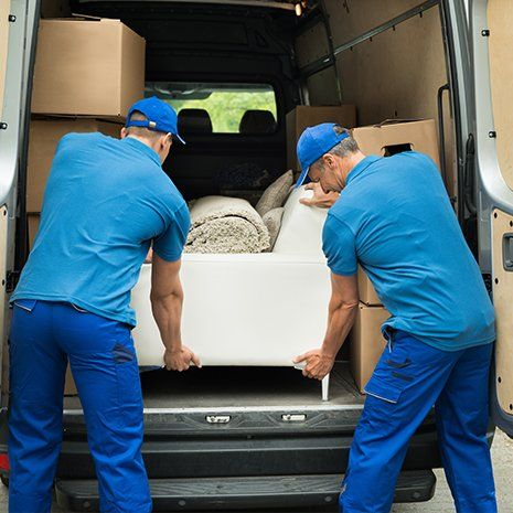 due traslocatori che caricano un furgone