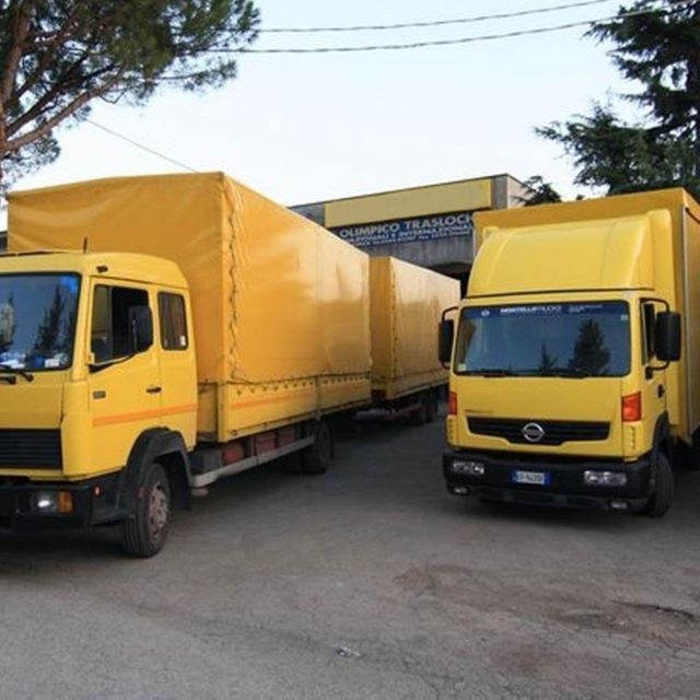 due camion gialli