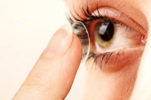 applicazione di lenti a contatto