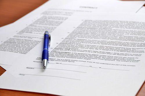 dei documenti e sopra una penna blu