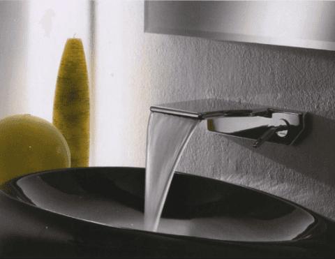 rubinetto del bagno con acqua che scorre
