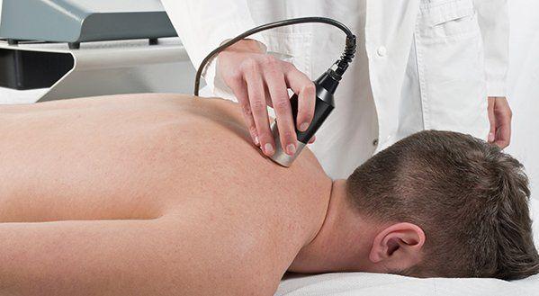Radiofrequenza sulla schiena di un paziente sul lettino