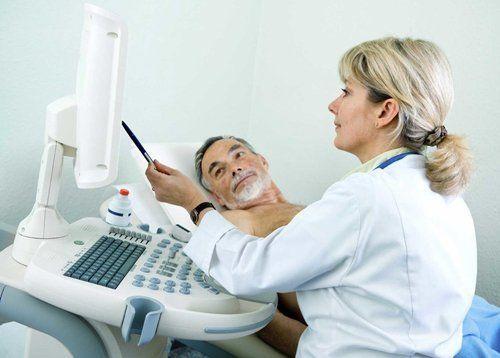 medico informa  paziente steso sul lettino sulle analisi
