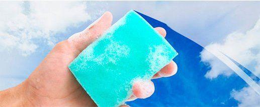 pulizia vetro della finestra con un detergente