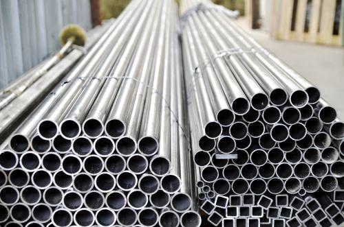 dei lunghi tubi di ferro