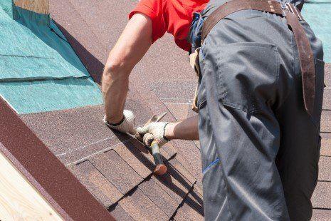 Operaio ricoprendo il tetto