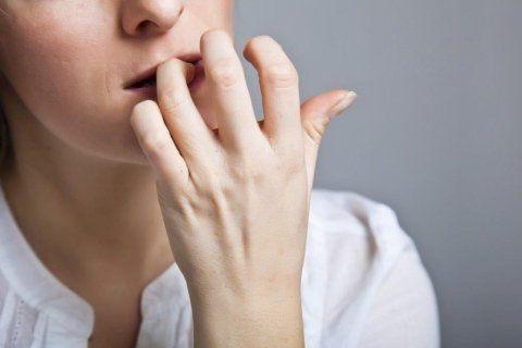 donna che si mangia le unghie