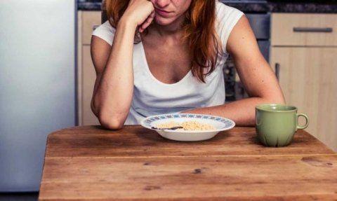 una donna con disturbi della condotta alimentare