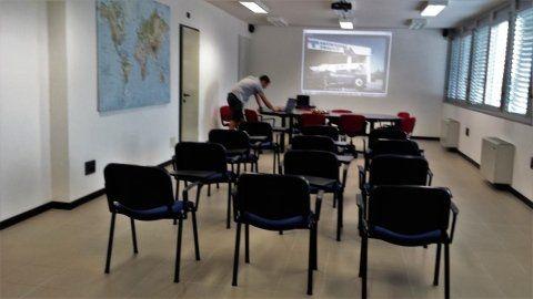 delle sedie in una sala presentazioni