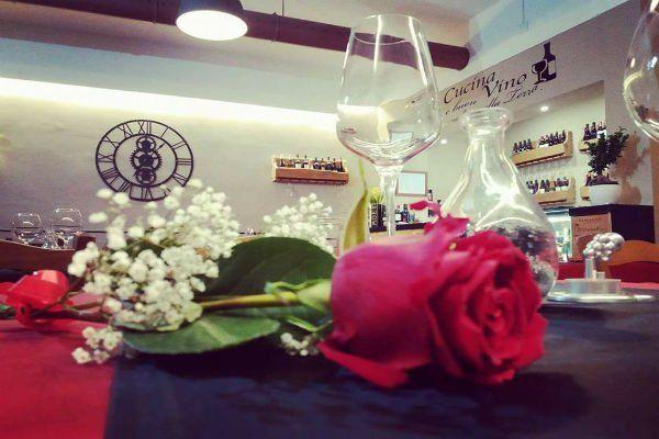 Una rosa e un calice vuoto