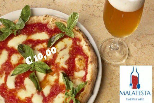 Foto promuove menu con pizza margherita e basilico e birra a euro 10