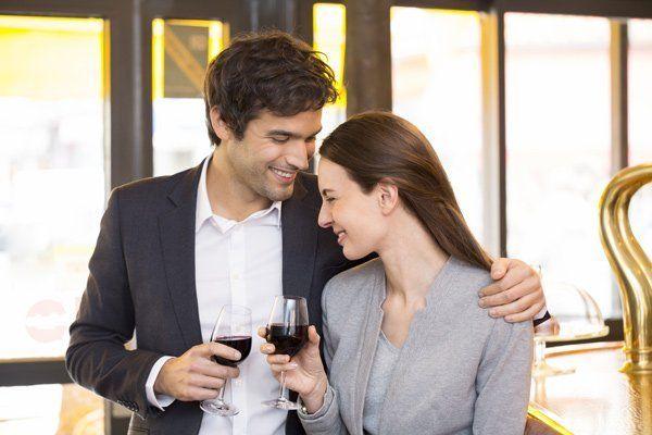 una coppia brinda felicemente