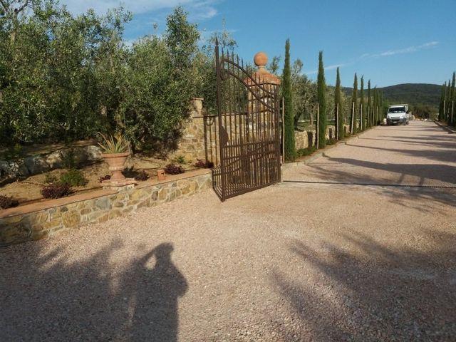Cammino di ingresso a una grande proprietà, cipressi  costeggiano il cammino