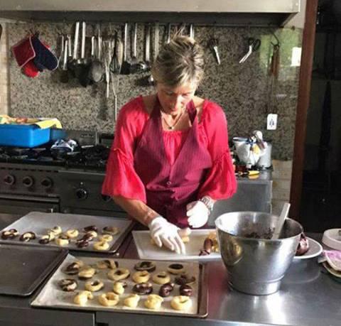 Donna prepara pasticcini