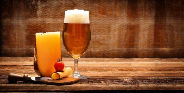 Birra e formaggio su fondo rustico
