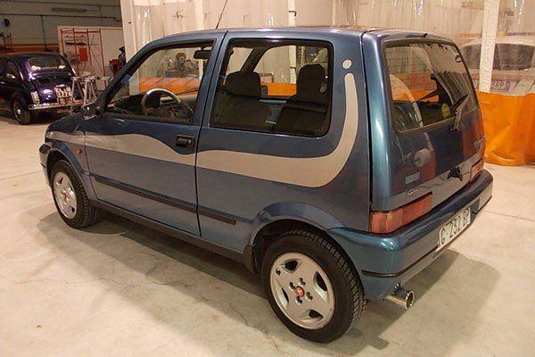 una Fiat 500 Blu vecchio modello