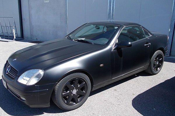 una Mercedes nera opaca