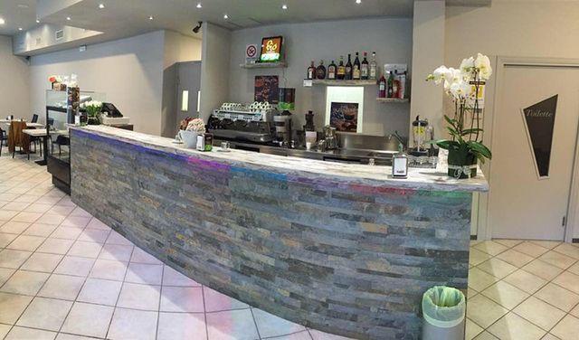 vista del bancone del bar