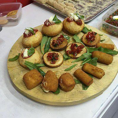 dei panetti fritti,del prosciutto cotto e dell'insalata