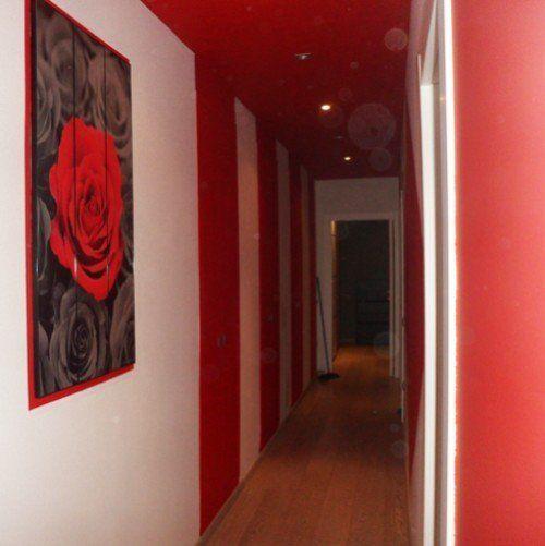 corridoio con pareti bianche e rosse
