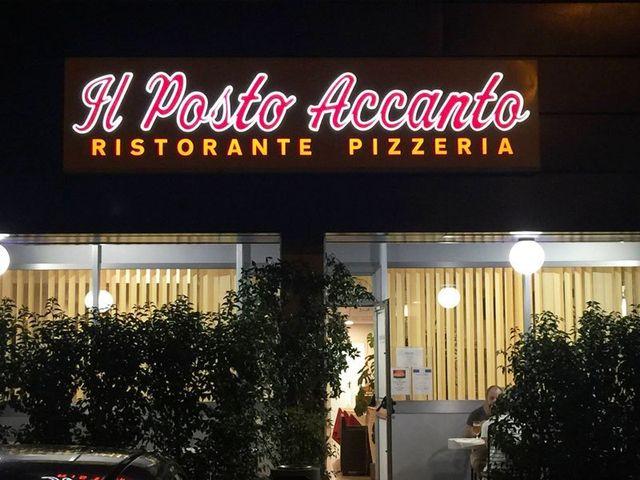 Insegna d'entrata al ristorante pizzeria Il Posto Accanto, Campogalliano, MO