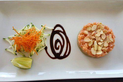 Tartare di salmone con crema di avocado e mandorle tostate accompagnata da insalatina di zucchine e carote alla julienne RISTORANTE PIZZERIA QUATTRO Pavia
