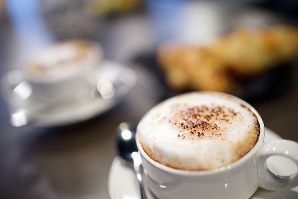 una tazza di cappuccino
