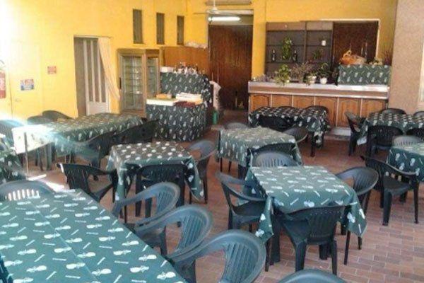 tavoli e delle sedie in un locale