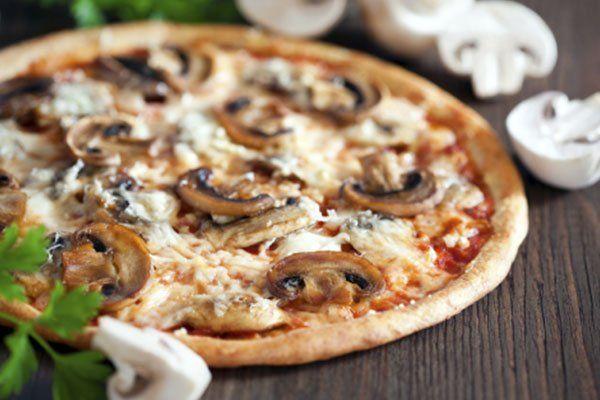 una pizza ai funghi