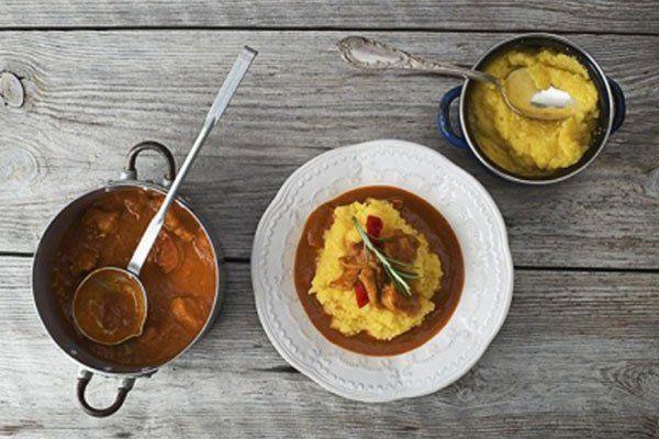 piatto di brasato e polenta e due pentole