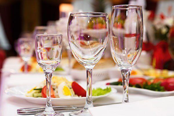 tre bicchieri su un tavolo apparecchiato