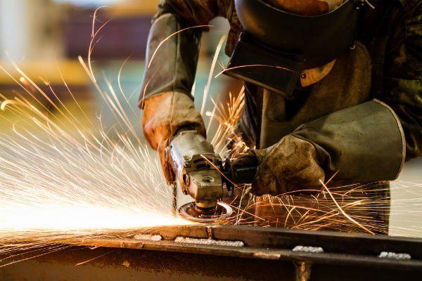 Tagliando il metallo