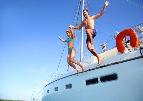 barca a vela in mezzo al mare durante il tramonto