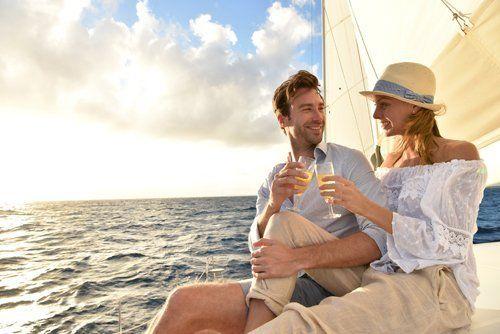 coppia beve un bicchiere di vino in barca