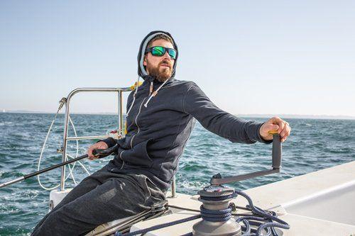 uomo vira la barca