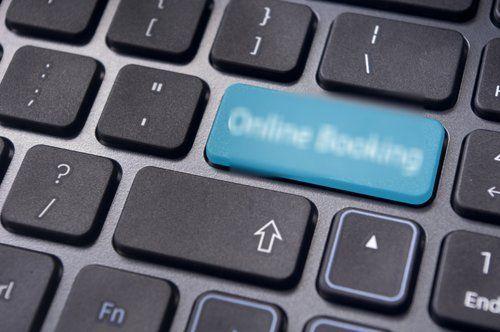 tasto online booking sulla tastiera