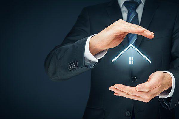 Mani che reggono una casa stilizzata