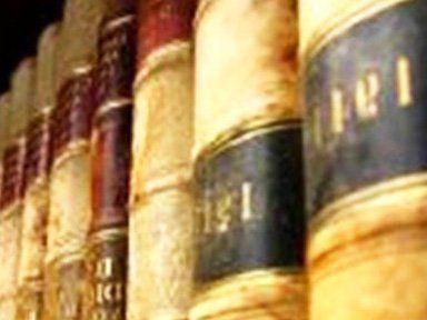 dei testi legge uno accanto all'altro dentro una libreria