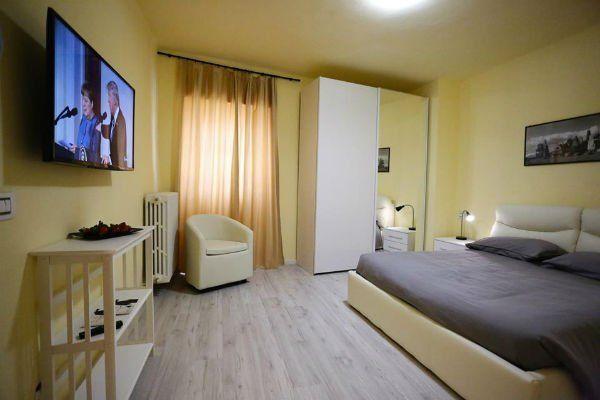 Una camera da letto con la TV