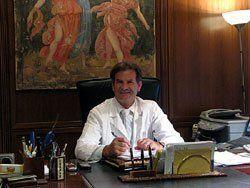Il dottore seduto in ufficio
