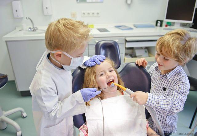 Behutsame Kinderbehandlung in der Zahnarztpraxis Dr. Rainer Lösch in Erlangen-Tennenlohe