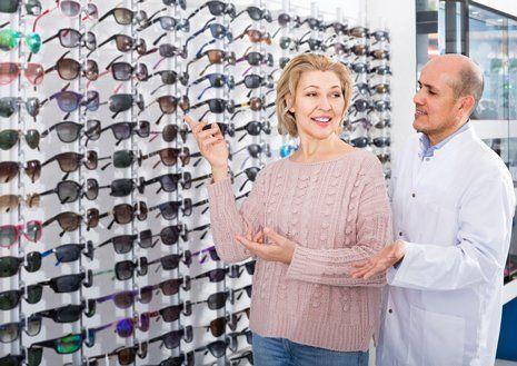 ottico consiglia un paio di occhiali a una cliente