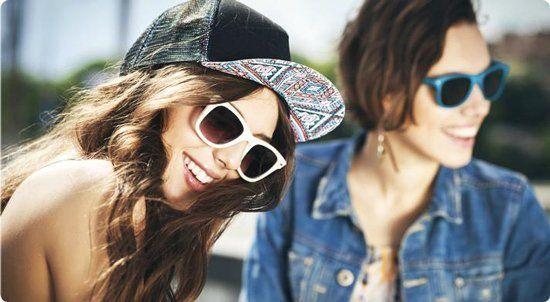 due ragazze che indossano occhiali da sole