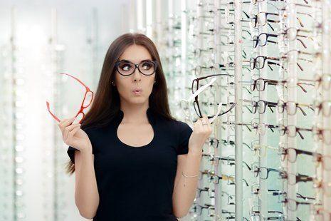 donna scegli un paio di occhiali da vista tra un ampio assortimento