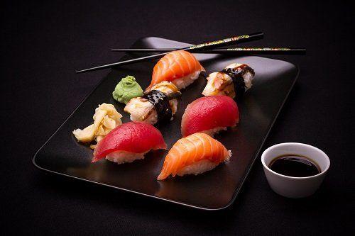 un vassoio di sushi
