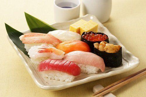 un piatto di sushi al tonno, salmone e uova di salmone