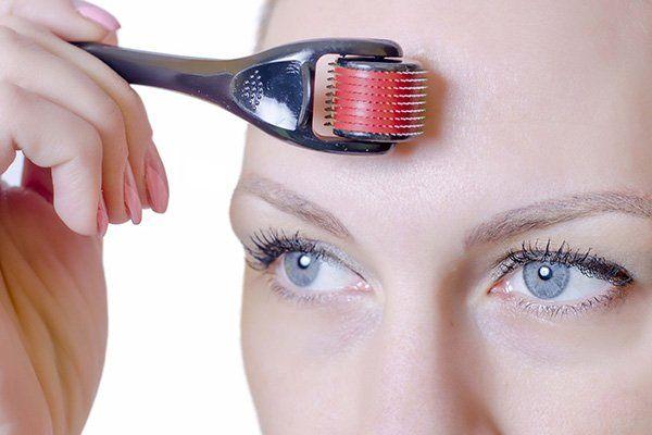 il viso di una donna con un oggetto con un manico appoggiato sulla fronte