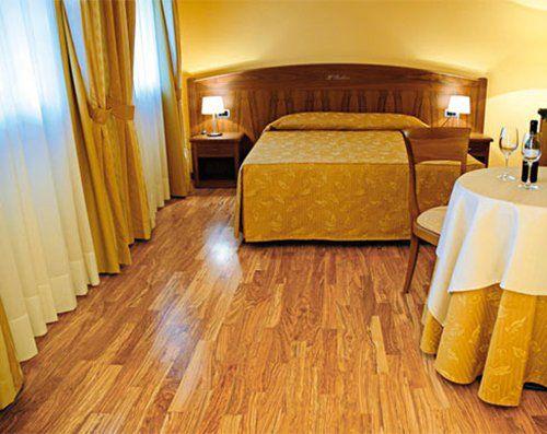 camera da letto con arredamenti di colore giallo