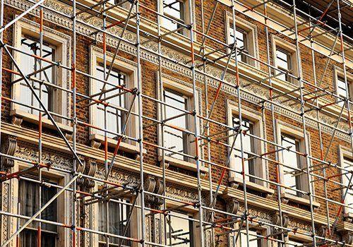 Frammento di impalcature contro la parete storica dell'edificio