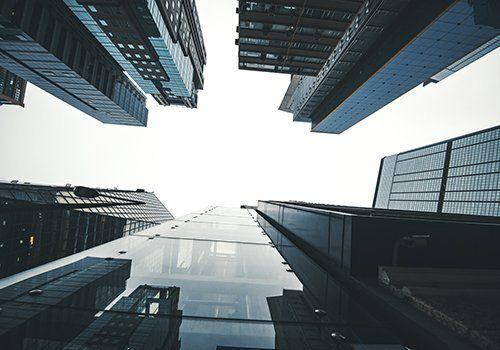 Grattacieli di Hightech e cielo